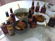Sommerlicher Mittags-Imbiss. Hot Danas ist dabei (Foto: Ulrike Rosina)